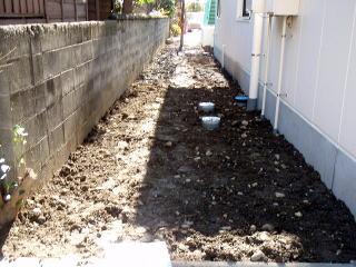 """着手前(園舎から散歩道を望む) 今回園長先生より、新しく園舎を増設するにあたり、通路となる所を設計してもらいたい。 との話をもらいました。 設計する上での注意事項として、 ①常に歩く所なので舗装をしたい。(コンクリートの無機質なものは×) ②子供がワクワクする様な散歩道にしたい。以上のことを言われ、設計しました。 設計する上でこの通路を """"どんぐり広場の散歩道""""と命名し、イメージを広げていきました。"""
