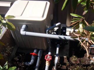 池 ポンプと濾過槽。音は静かで濾過要領が大きいものを選びました。