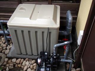 濾過槽とポンプを設置。ポンプが給排水、濾過槽が給排水とオーバーフローでかなり配管がぎっしり。合計6通りの配管です