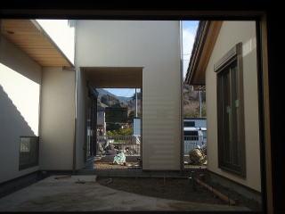 着手前 玄関入って正面に構える中庭です。