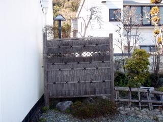 着工前 今回は袖垣を含め木戸やら竹垣などの作り変えのご依頼。