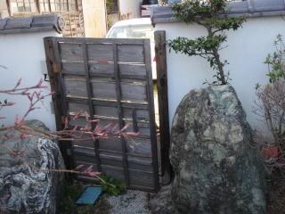 着手前 古くなった木戸も交換。