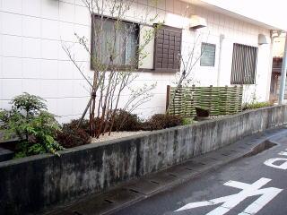 完成 低木と中木を植え砂利を敷きました。全体的に重過ぎず 爽やかなイメージに仕上がっています。
