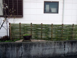 室外機を隠すための竹垣ですがおしゃれな鉢をおくことで 鉢の背景としても素敵な演出に。