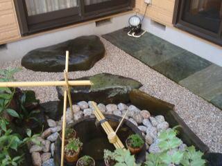 完成  白系の砂利を敷くことによってスッキリと明るく、そして広さを感じる中庭になりました。