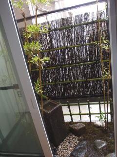 家の中から見た景色です。 今回使用した水鉢はかなり大きいものですが、窓と地の落差が大きいので全く違和感がないです。 水鉢にあわせて筧も大きいものを使用しました。 こちらも自然な感じに仕上がりました^^