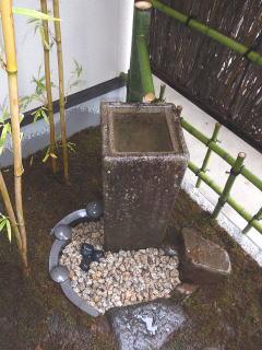 海の枠に使用した瓦がすごく綺麗な円になっています^^ 自然石も雨に濡れて光っていて味があります。