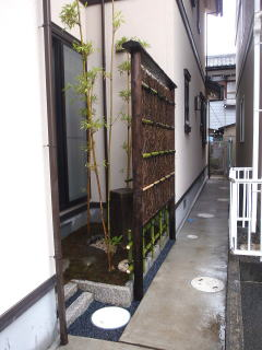 完成の風景。 小さな空間ががらりと生まれ変わりました。 隣がアパートなので、目隠しも兼ねてクロモジ枝垣を作りました。