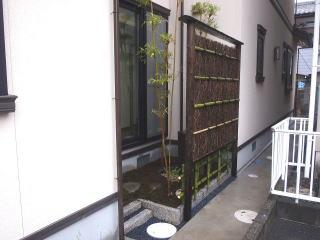 完成。外側からみた景色です。 入り口と垣根の下には細かい那智黒石を敷きました。