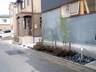 完成。 ちょこっとした植栽だが雰囲気ががらりと変わりました。 今回植えたのはヤマボウシ、モミジ、ジュンベリー、ブルーベリー、サツキ。