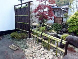 完成  新しい竹で新調。竹って新旧関係なくどんな庭にも溶け込むので不思議ですね。