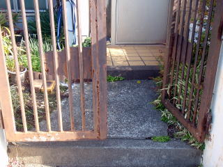 着手前  玄関前アプローチも古くなり門扉も錆びて可動が悪い状態でした。