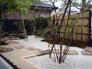 施工前では駐車スペースと一体となりただ広いだけの空間でしたが、竹垣と生垣で仕切ることにより、前庭をより庭らしい空間に。夏に伺った時にはコケが青々とし、美しい景色が見られました。