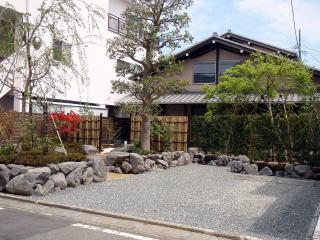 完成 駐車場、園路、前庭とエリア分けをすることで、奥行のある景色に変わりました。