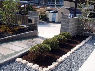 こちらには簡単な花壇を。お客様が花などを植えるスペースが少しほしいとのことで、やや広めに。夏には華やかになりそうです。