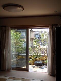 こちら居間からの風景。窓枠で縁取られた一枚の絵の様。蹲(つくばい)に鳥でも遊びに来てくれれば最高の和みですね。