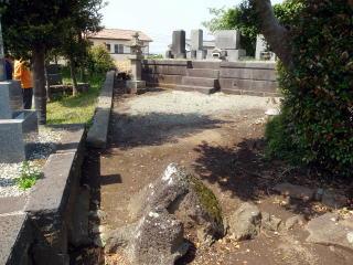 着手前 墓地前。夏になれば雑草が生い茂るスペースですね。