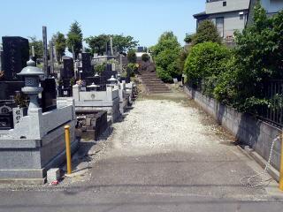 着手前 参道の付いた大きめの墓地です。