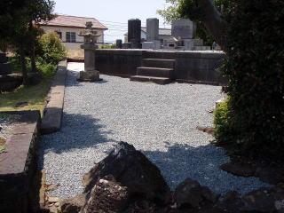 完成 こちらも参道と同様に防草シート+砂利。敷設前には除草剤を撒いてあります。