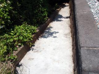 完成 もちろん雑草対策はバッチリ。猫のトイレになっていたらしく、かなり臭いましたが、施工後にはそれもなくなりました。