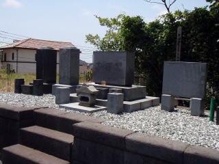 こちらは既存の砂利を取り除き、整地しコンクリートを打設。その上にアルプス五色砂利を。