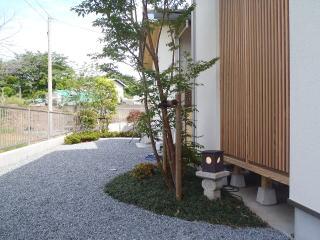 坪庭横の島。デッキから見える景色なので照明を設置。