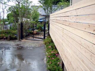 板塀を設置。ナチュラルに無垢の色そのままを使用。 もちろん防虫・防腐加工済みです。下方にはサツキを植栽。