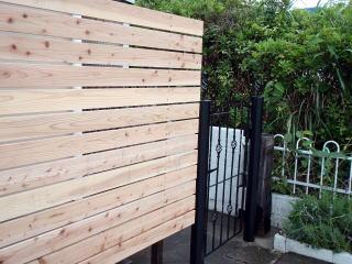 家裏への通用口にもう一つ門柱を設置。