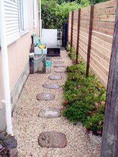 板塀の内側。飛び石を置き砂利を敷きました。