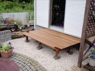 濡れ縁とウッドデッキの中間のような縁側。 一番固い木材を使用しかなり頑固に出来ています。