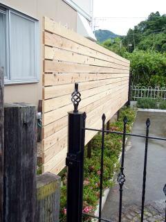 別角度からみた板塀。
