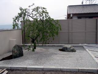 完成 景石を据えシダレウメを植栽。砂利には地模様を。