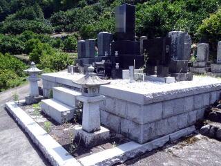 着手前  こちらもかなり大きい墓地。なんでも古くは鎌倉時代の墓石もあるとか。すごい歴史のある墓地ですね。やりがいあります