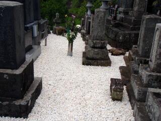 完成 墓石の高さもまちまちだったため、低いお墓に雨水が溜まってしまう状態でしたが、基部から上げ高さを調整し直しました。