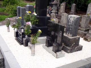 完成 草止めコンクリートを敷き、砂利はアルプス白玉砂利を新しく敷きました。広い墓地ほど草取りが大変ですが、今後は草の心配は要りません。