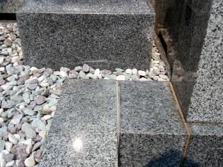 完成 モルタルで固定されていた灯篭を一度取り外し、根を採り、ずれた石を全て直し目地を修復。