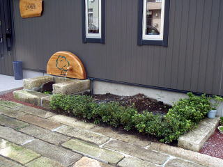 施工前 緑地帯には土留めがなく、とりあえずサツキが植えてあった状態でした。
