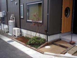 完成  仕切り土舗装でステップをつけました。横の空きスペースにも植樹帯を。