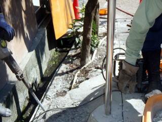 コンクリートを研ります。長い年月の間に二重、三重にコンクリートが打ってあり、取り除くのにかなりの労力を要しました。