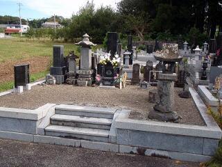 着手前  比較的綺麗なお墓でしたが、面積が広いた草取りが大変とのことでした。
