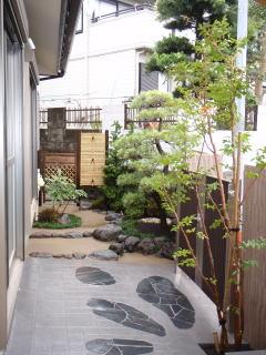 玄関から裏口へ周る通路を作りました。 植栽は黒松、ヒメシャラ、チャボヒバ、サツキ、 ヒイラギナンテン。