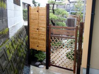 仕切りに木戸と竹垣を設置。