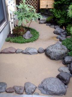 石をつき土舗装を施してあります。 とても落ち着いた雰囲気に仕上がりました。