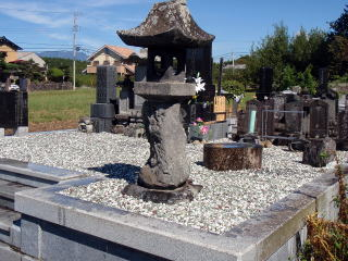 墓石の数が多く、後ろの方はかなり間隔が狭い状態。隙間無くしっかりモルタルを打ち込みます。