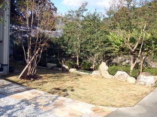 完成 芝に三ケ日石を使い植樹帯を仕切り、雑木を中心に植栽。雑木林の様なナチュラルな仕上がりになりました。