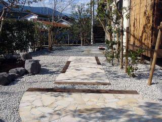 完成 園路は枕木と石張りを使用。モダンでありながら、自然風を損なわない風景。