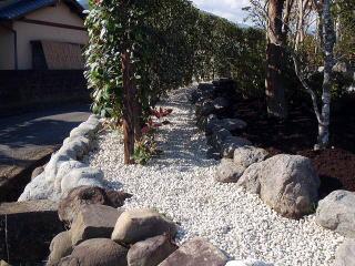 完成風景 水路側、玉石の石垣が低かったため二段積み増しし、砂利を敷きました。