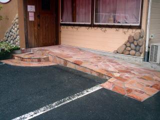完成の風景。 店の雰囲気にも合わせピンク系の石張りにてスロープを作製。