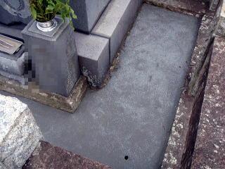 水抜き穴も2箇所。水抜き穴は地の状態や条件により個数・大きさを変えます。
