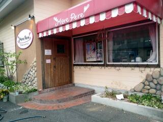 着工前の風景。 地元のケーキ屋さんです。車椅子でご来店くださるお客様も多いそうで、バリアフリーにしたいとのご依頼でした。
